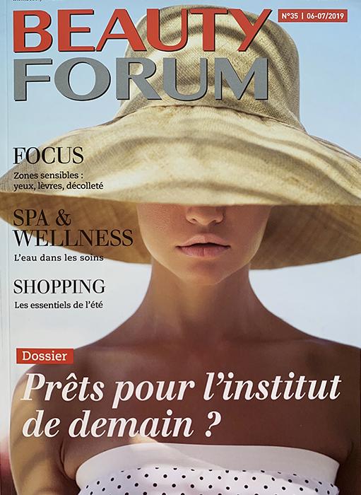 page de couverture du magazine beauty forum l'institut de demain. visuel d'une femme avec un chapeau de paille