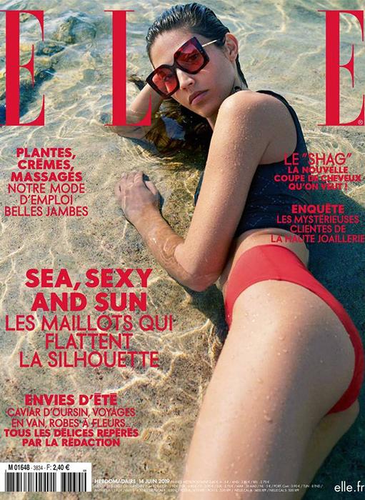 page de couverture du magazine ELLE, sea sexy and sun, femme sur la plage en maillot de bain rouge
