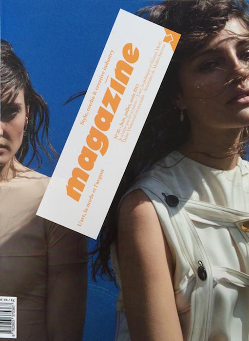 page de couverture MAGAZINE. deux femmes sur fond bleu