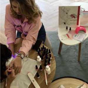 soeurs quadratus dans la boutique birchox avec manucures marinho paris, lampe leds rose, vernis semi-permanent et dissolvant