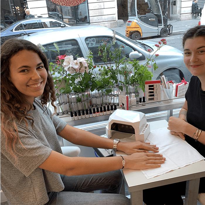 mancure marinho paris dans la boutique du drugstore parisien rue du bas paris avec lampe leds, vernis semi-permanent vegan