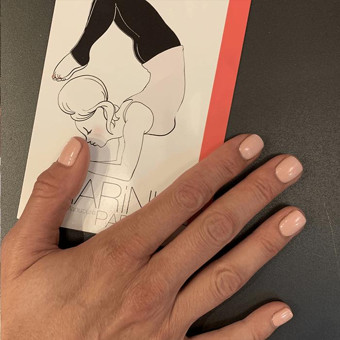 carte marinho paris avec illustration pin up yoga avec une main de femme posée et avec une manucure rose