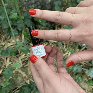 manucure vernis semi-permanent rouge archi red avec bagues fine or devant lière