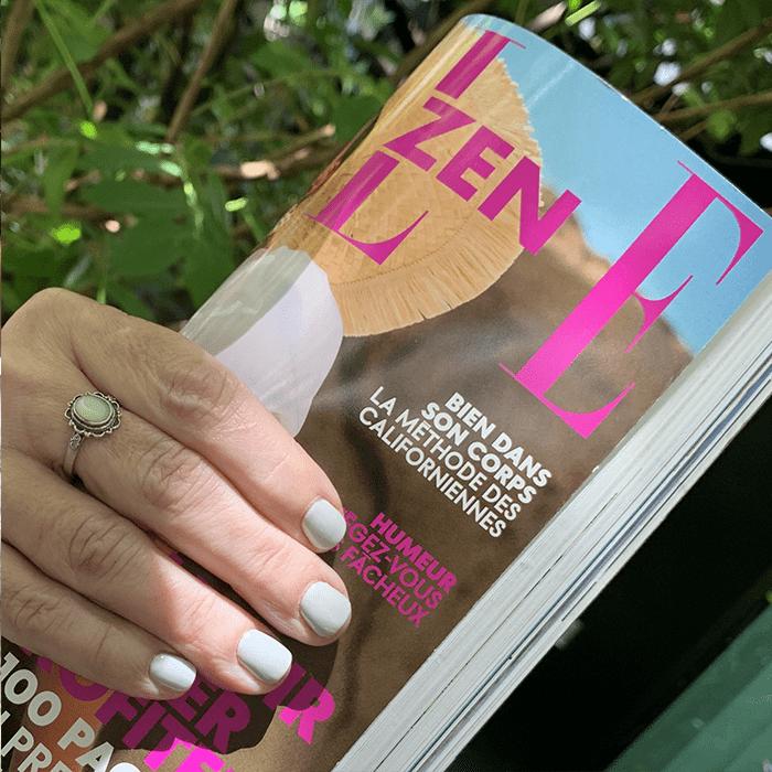 magazine elle zen bien dans son corps tenu par une main de femme avec vernis gris devant arbre avec feuilles vertes